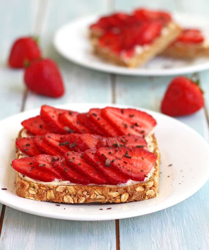 Strawberry Tiramisu Toast, an easy and delicious summertime dessert! Espresso soaked toast soaked layered with mascarpone cheese and fresh strawberries and dark chocolate shavings.